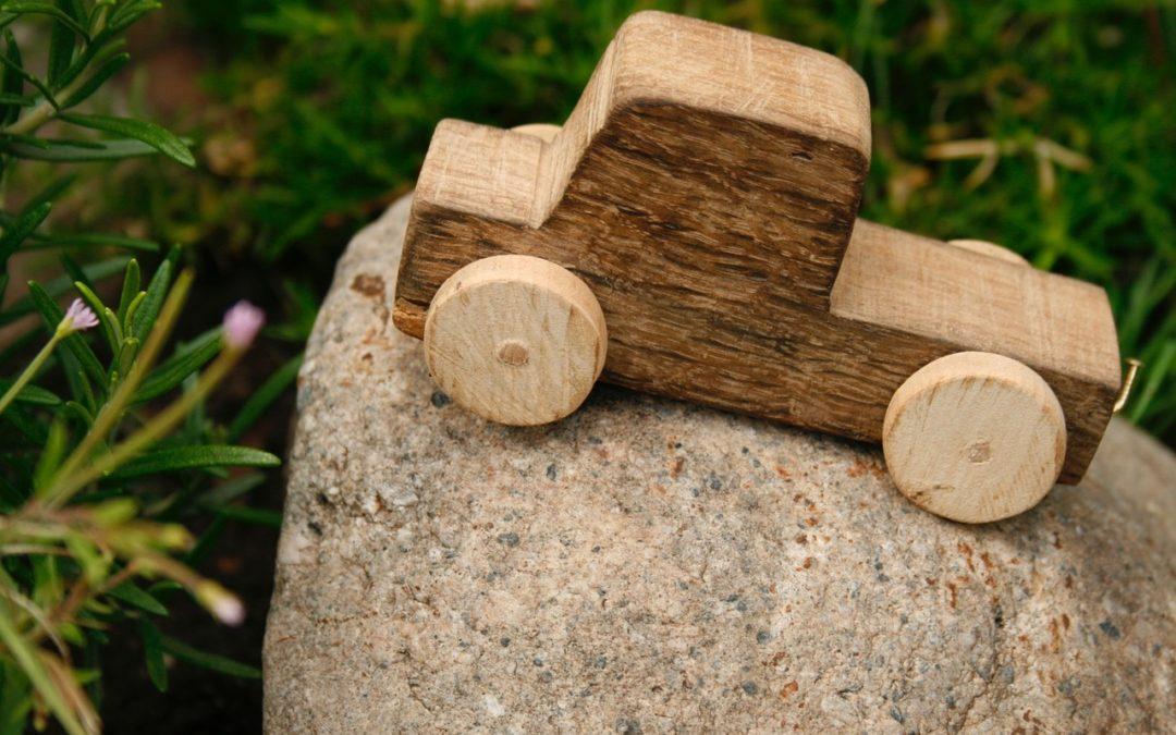 Nauka przez zabawę – czyli 10 drewnianych zabawek edukacyjnych dla roczniaka