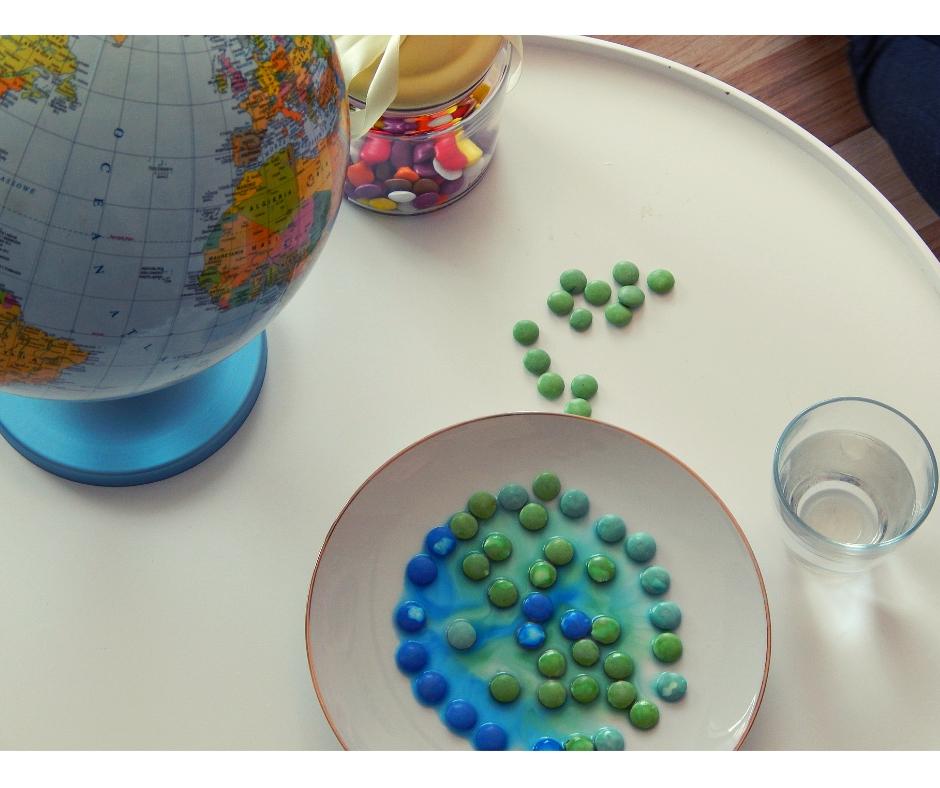 dzień ziemi pomysły dla dzieci eksperyment zcukierkami