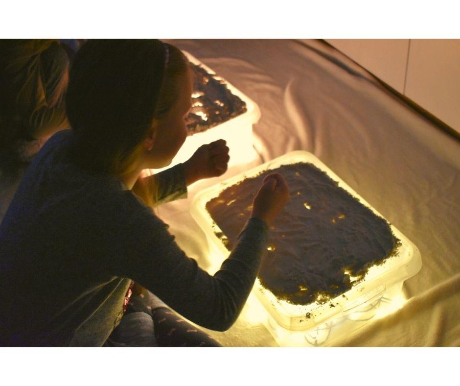 zabawa sensoryczna mąka stolik świetlny