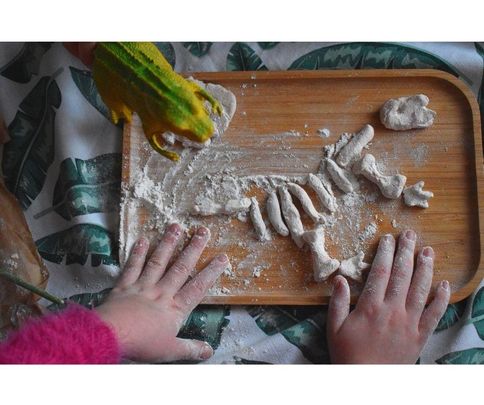 dinozaury zabawa pomysły dzień dinozaura skamieliny wykopaliska