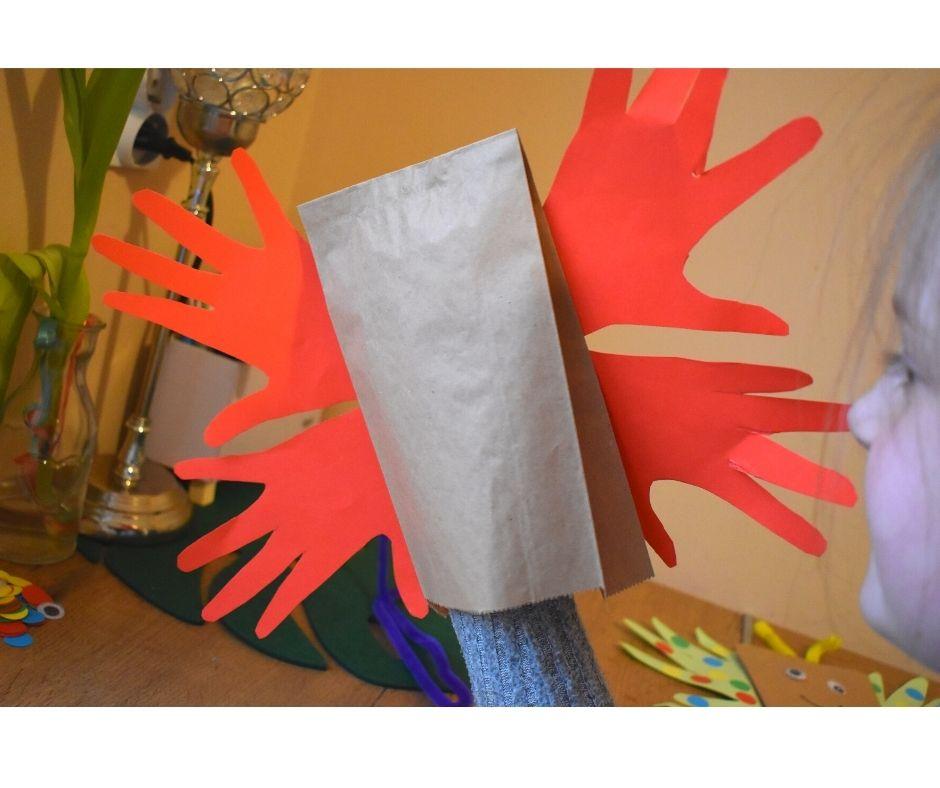 Smarujemy mały fragment dłoni iprzyklejamy natorebkę papierową. Mają powstać skrzydła motyla. Nazdjęciach możecie zobaczyć jak wyglądają przyklejone elementy.