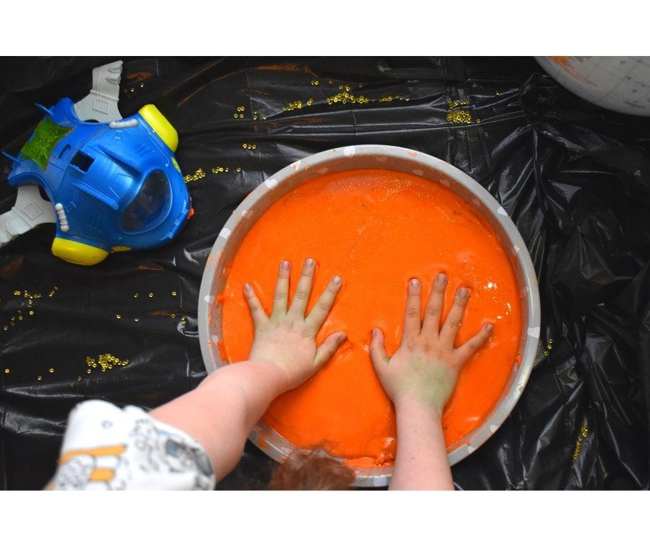 kosmos pomysły dla dzieci zabawy, kosmos przedszkole, planety zabawa edukacyjna, ciecz nienewtonowska eksperymenty dla dzieci